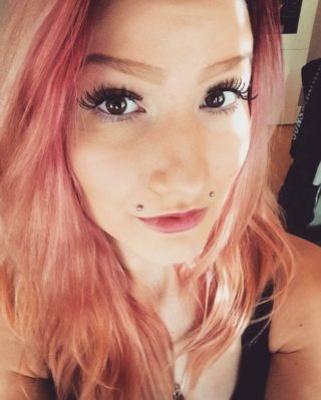 Piercing angel-bites sur femme aux cheveux rouges