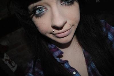 Piercing angel-bites sur femme aux yeux bleux