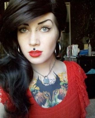 Piercing bridge et médusa sur femme tatouée