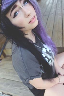 Piercing bridge sur femme aux cheveux bruns et violets