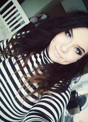 Piercing bridge et cheek sur femme aux yeux bleus
