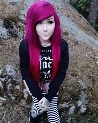 Piercing bridge sur femme aux longs cheveux roses foncés