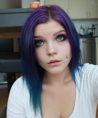 Piercing cheek, joue, fossette sur femmes aux cheveux lilas et bleus