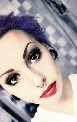 Piercing cheek, joue, fossette avec un piercing septum gris