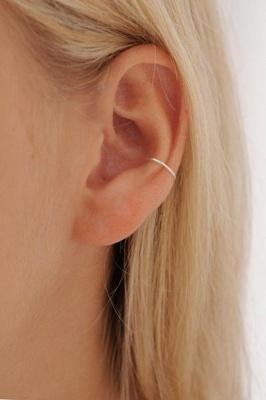 Piercing conch / conque avec un petit anneau fin en argent