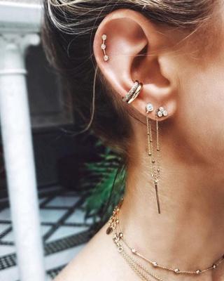 Double Piercing conch / conque avec de beaux anneaux, un piercing hélix et une double boucle d'oreille avec une chainette