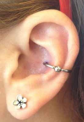Piercing conch / conque avec un anneau et une boucle d'oreille en forme de fleur