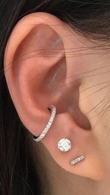 Piercing conch / conque avec un anneau orné de strass transparents et deux boucles d'oreilles