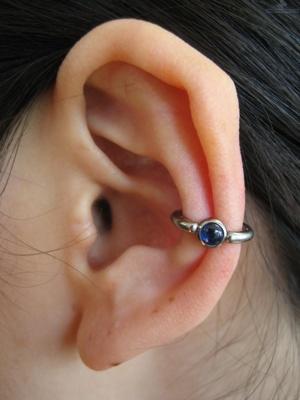 Piercing conch / conque avec un anneau orné d'un strass bleu