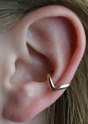 Piercing conch / conque avec un anneau pointu en or