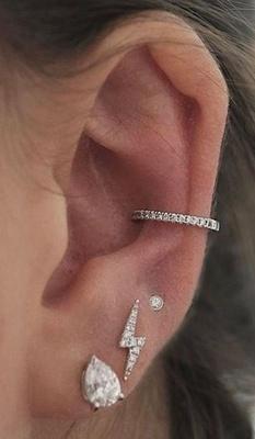 Piercing conch / conque avec un anneau aux multiples strass et trois boucles d'oreilles
