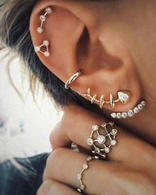 Piercing conch / conque avec un anneau, deux hélix et de belles boucles d'oreilles