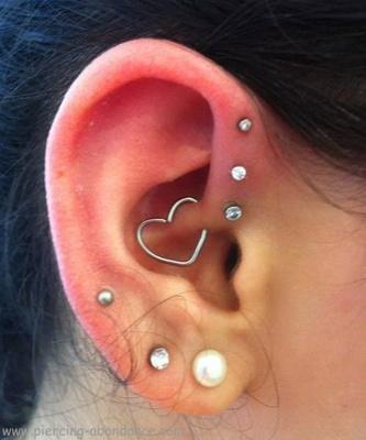 Piercing daith en forme de cœur, trois anti-hélix et divers piercings au lobe