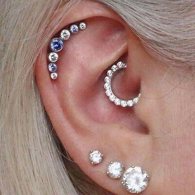 Piercing daith avec un anneau orné de strass transparents, un hélix et trois boucles d'oreilles
