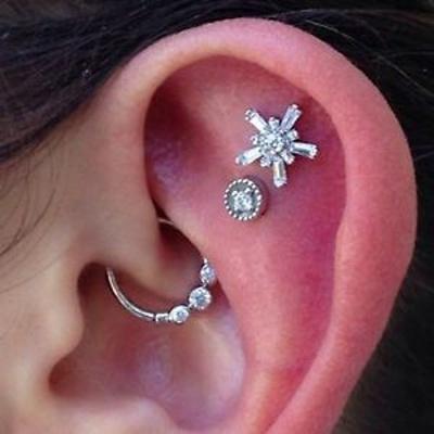 Piercing daith avec un anneau orné de trois strass et deux cartilages