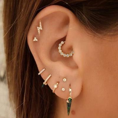 Piercing daith, deux piercings hélix et divers anneaux au lobe