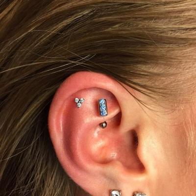 Piercing rook avec trois cristaux bleu-clairs