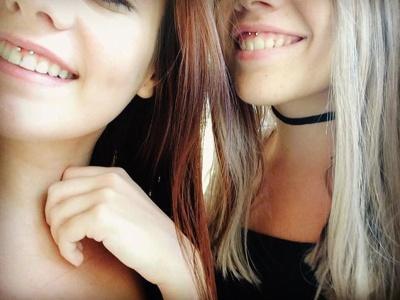 Deux copines avec chacune un piercing smiley