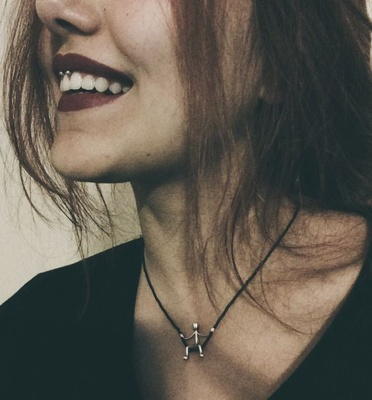 Piercing smiley / frein labial circulaire, photo de profil