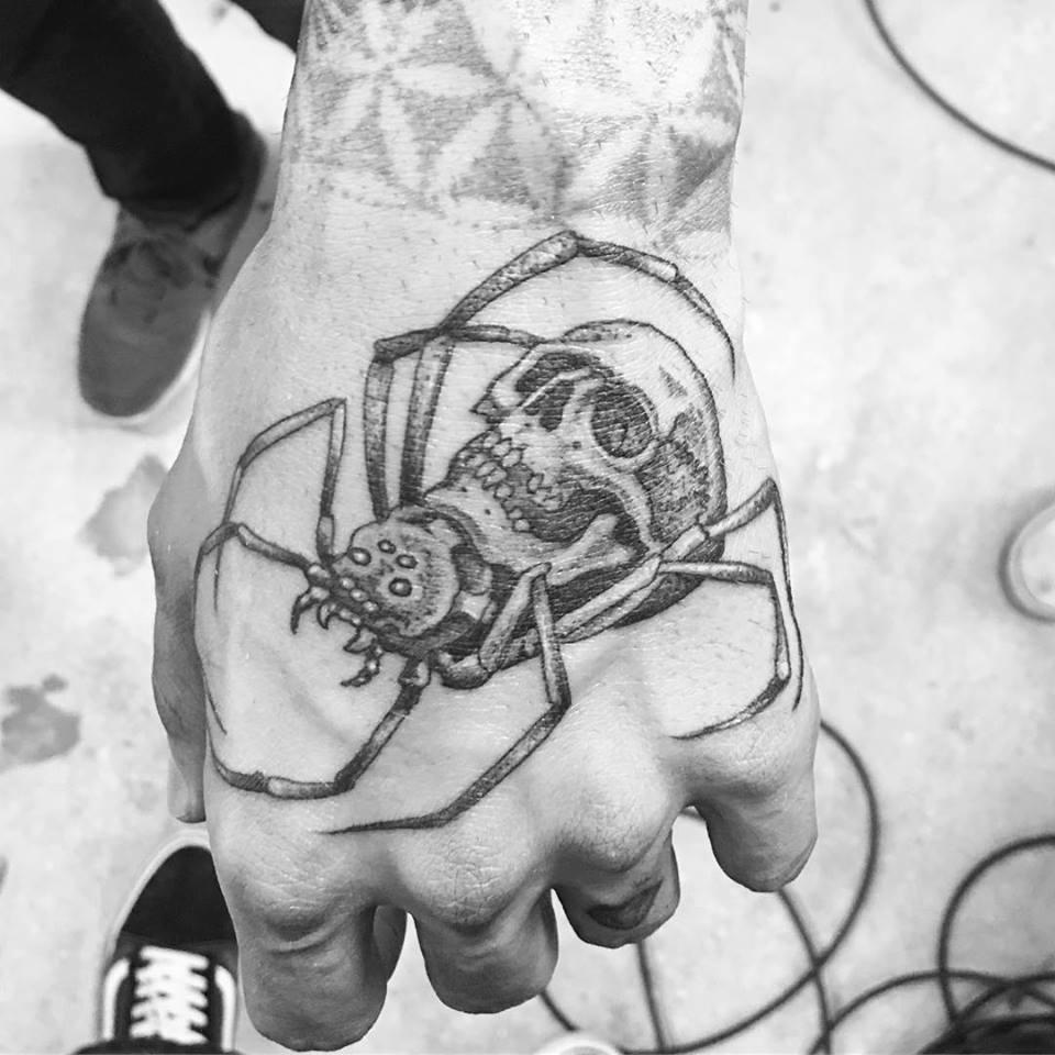 Tatouage araignée et crane réalisé par Ami James