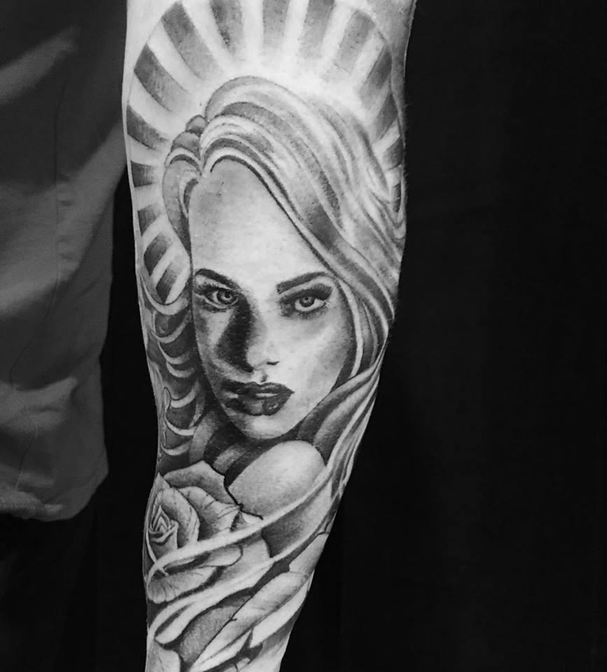 Tatouage femme noir et gris par Ami James
