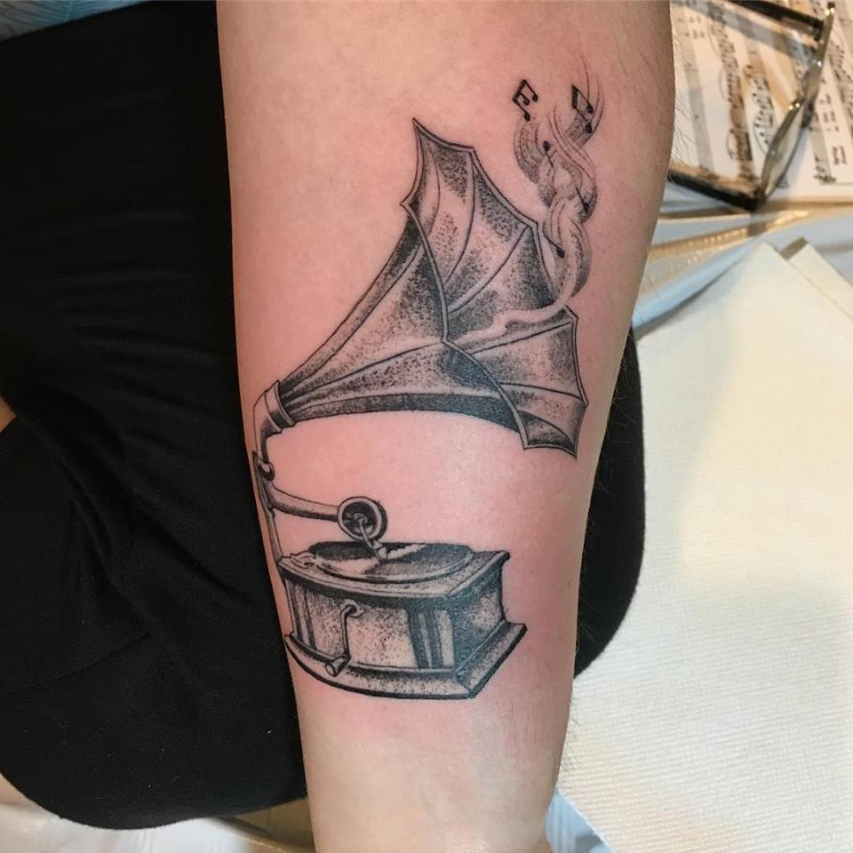 Tatouage gramophone réalisé par Ami James