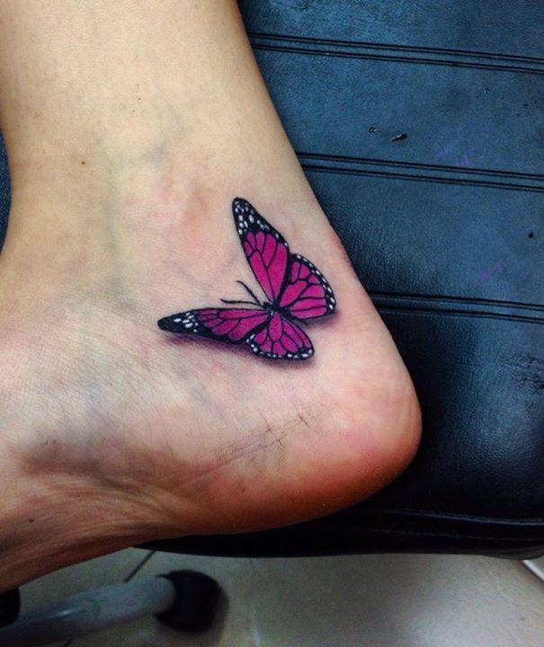 Tatouage d'un papillon en couleur au pied