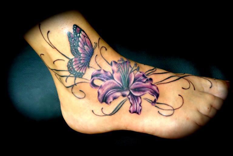 Tatouage d'un papillon allant sur une fleur