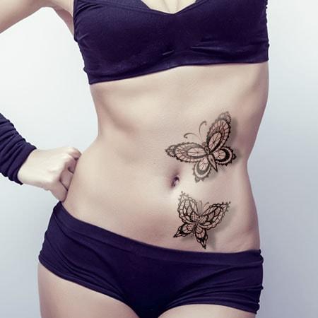 Tatouage de 2 papillons sur le ventre