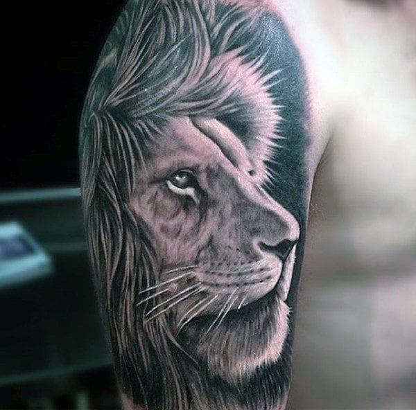 Tatouage d'un lion sur le bras