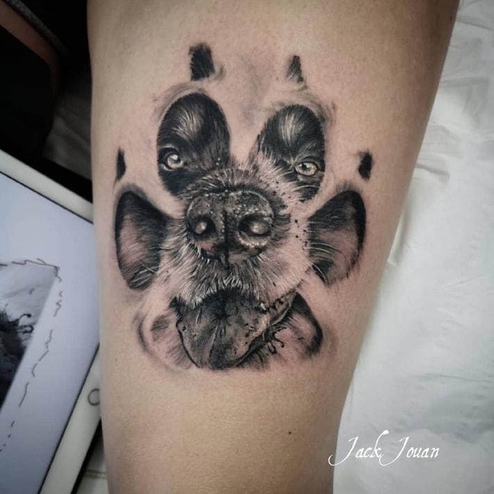 Tatouage d'un chien dans une patte