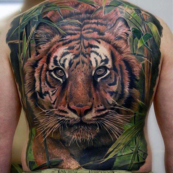 Tatouage d'un tigre dans le dos