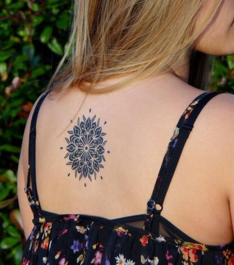 Tatouage mandala sur le haut du dos