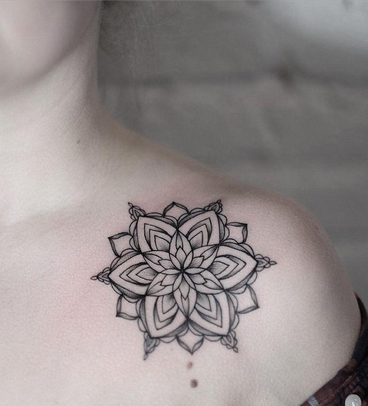 Tatouage mandala sur l'épaule