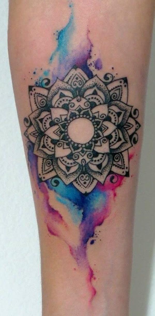 Tatouage mandala sur la jambe