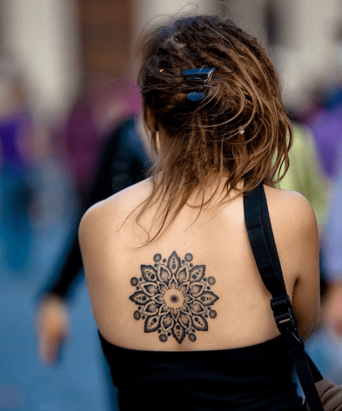 Tatouage mandala sur le dos