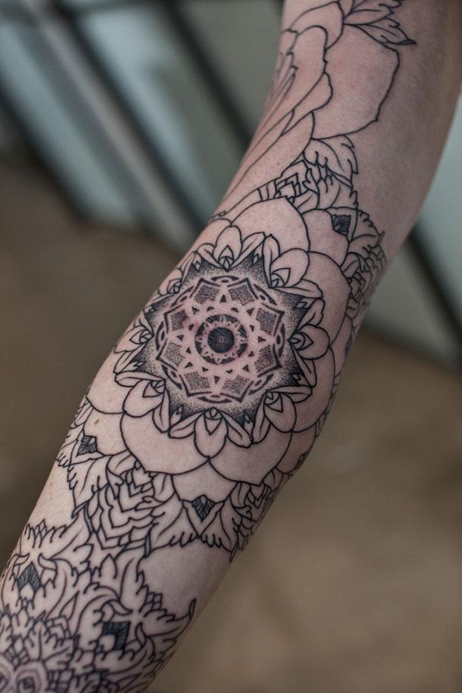 Tatouage mandala sur l'avant bras