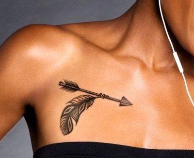 Tatouage plume et flèche au dessus de la poitrine