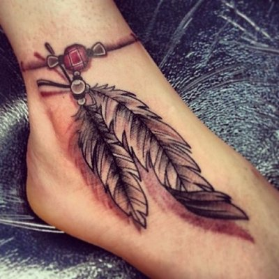 Tatouage de deux plumes sur la cheville