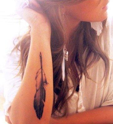 Tatouage plume sur l'avant bras