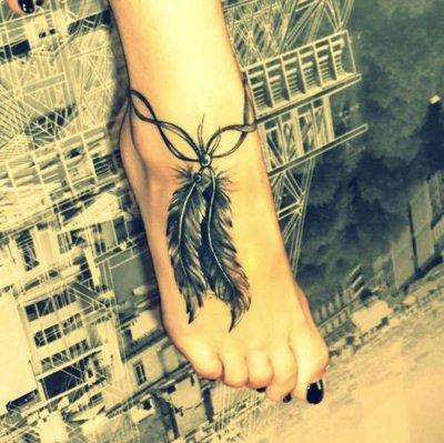 Tatouage plume sur la cheville